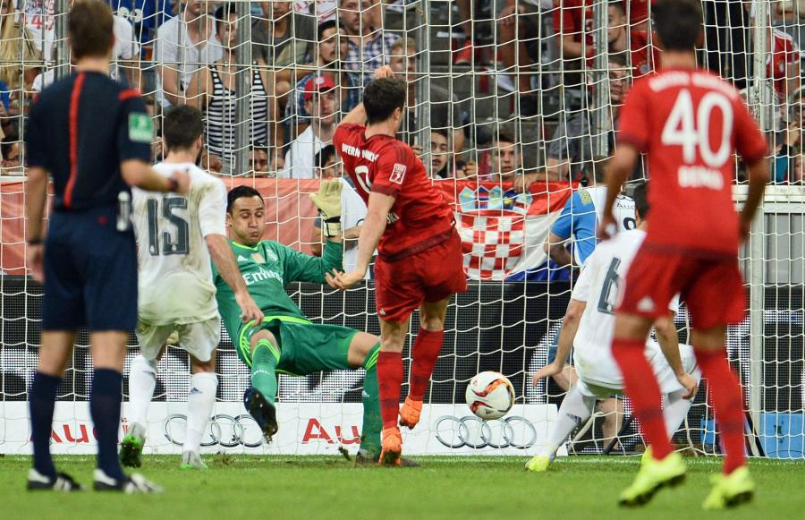 Robert Lewandowski strzela gola dla Bayernu w czu z Realem