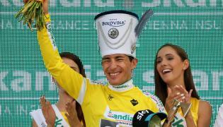 Na podium w koszulce lidera nowy przodownik klasyfikacji generalnej Kolumbijczyk Sergio Henao z grupy Sky po wygraniu szóstego etapu 72. Tour de Pologne długości 174 km z Bukoviny Terma Hotelu Spa do Bukowiny Tatrzańskiej