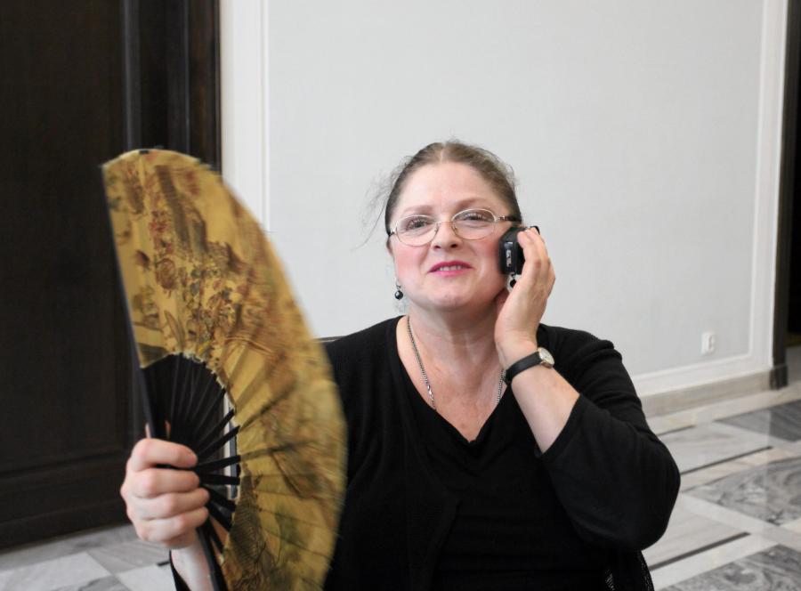 Posłanka Krystyna Pawłowicz z wachlarzem na sejmowym korytarzu