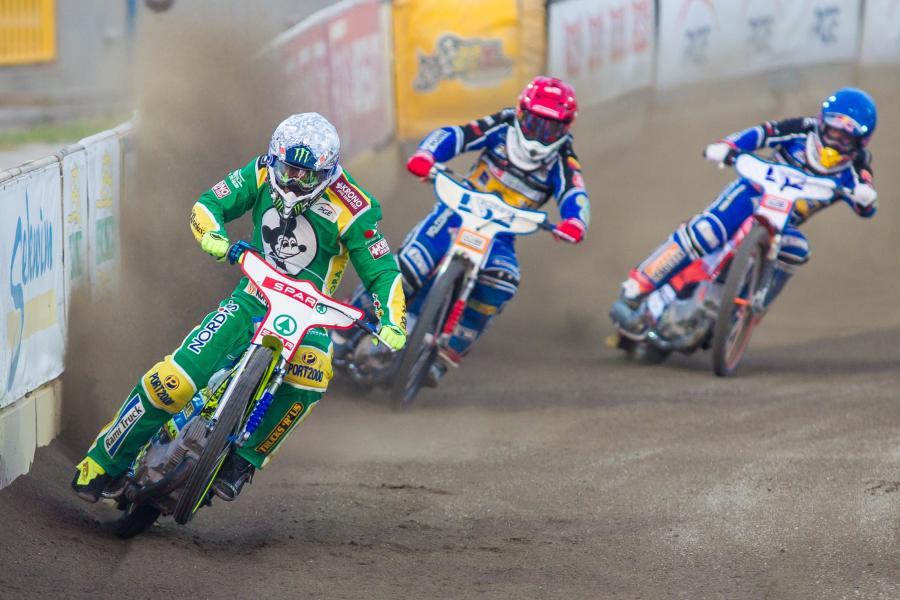 W jednym z biegów jadą: Emil Sajfutdinow (kask niebieski) i Przemysław Pawlicki (czerwony) oraz Darcy Ward (biały)