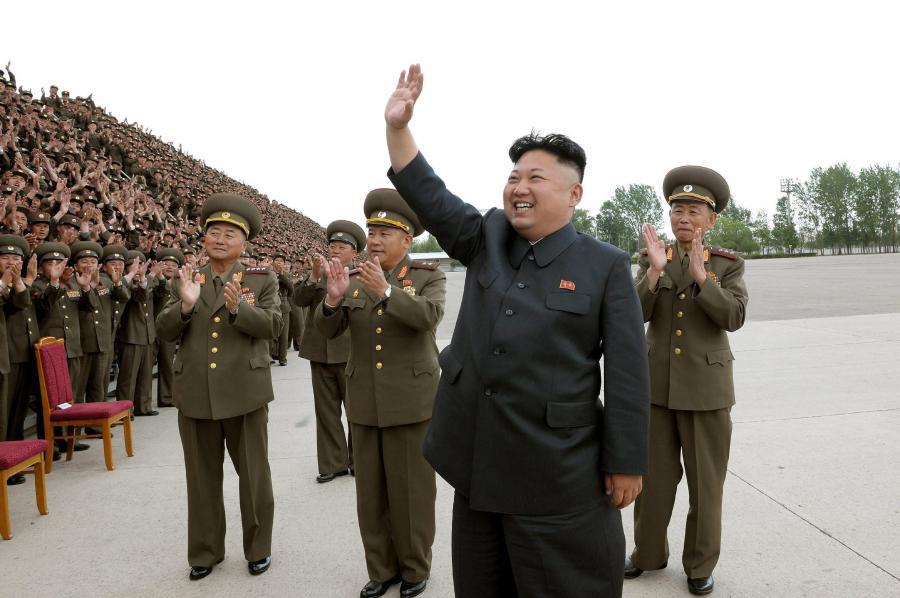 Kim Dzong Un, prywódca Korei Północnej, w otoczeniu swoich żołnierzy
