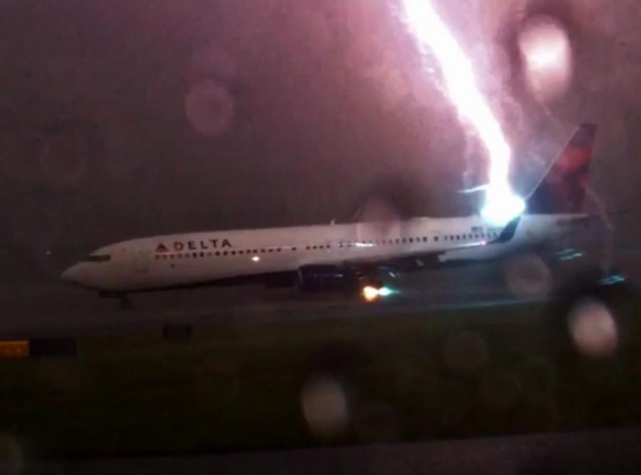 Piorun uderza w samolot