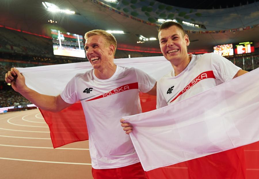 Polacy Paweł Wojciechowski (P) i Piotr Lisek (L) cieszą się z brązowych medali w skoku o tyczce zdobytych podczas lekkoatletycznych mistrzostw świata w Pekinie