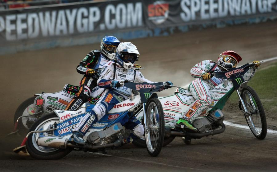 Szwed Tomas H. Jonasson (kask czerwony), Duńczycy Niels Kristian Iversen (niebieski) i Nicki Pedersen (biały) podczas jednego z biegów żużlowego Grand Prix Polski w Gorzowie Wielkopolskim