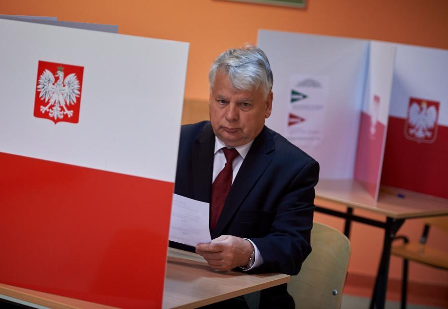 Marszałek Senatu Bohdan Borusewicz głosuje w referendum