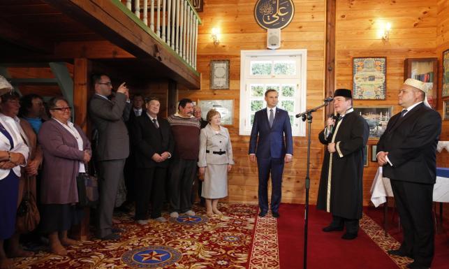 Prezydent Duda w meczecie o uchodźcach: Chciałbym, aby szanowali obyczaje...