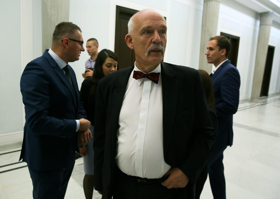 Europoseł, prezes partii KORWiN - Janusz Korwin-Mikke (C), szefowa ogólnopolskiej kampanii referendalnej partii – Agata Banasik (2P) i poseł partii Przemysław Wipler (P) w Sejmie
