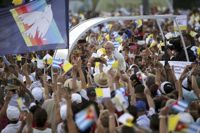 Wierni witają papieża Franciszka na Kubie