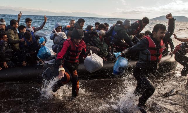 Akcja ratunkowa u wybrzeży Lesbos. Przemytnik chciał wyrzucić uchodźców za burtę. ZDJĘCIA