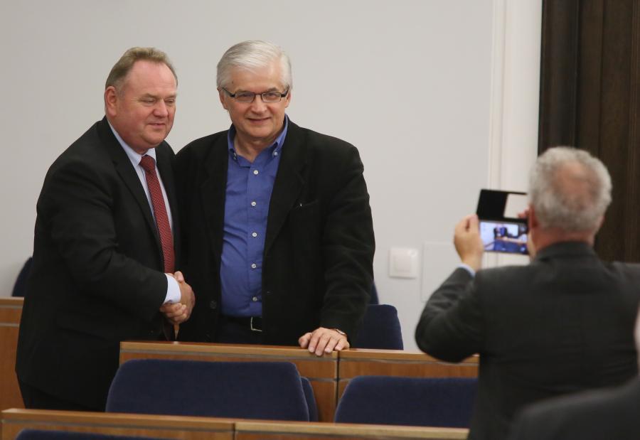 Senatorowie Włodzimierz Cimoszewicz i Marek Konopka pozują do pamiątkowego zdjęcia