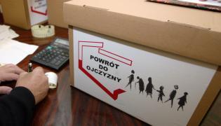 Pudło z podpisami pod obywatelskim projektem ustawy repatriacyjnej