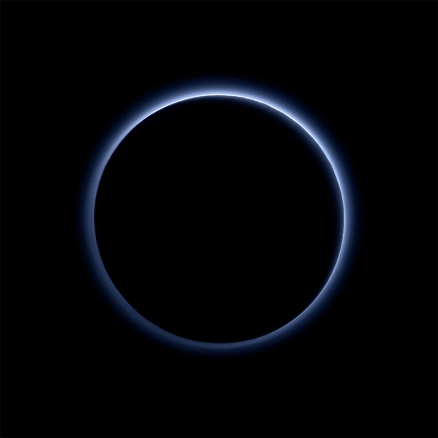 Błękitna poświata na Plutonie