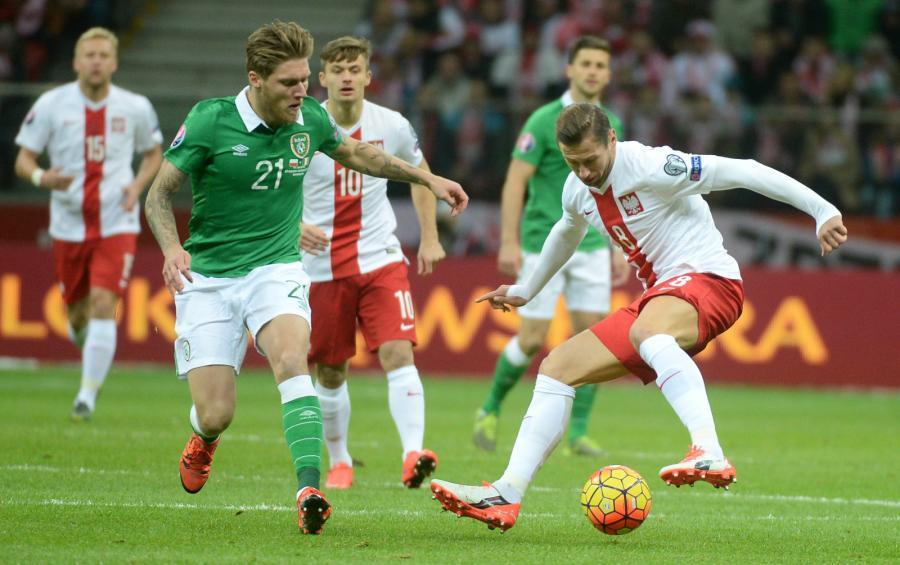 Grzegorz Krychowiak (P) i Jeff Hendrick (L) z Irlandii w meczu grupy D eliminacji piłkarskich mistrzostw Europy 2016