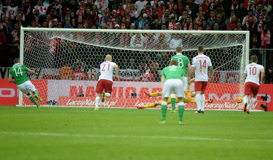 Irlandczyk Jon Walters zdobywa bramkę z rzutu karnego podczas meczu z Polską w grupie D eliminacji piłkarskich mistrzostw Europy 2016