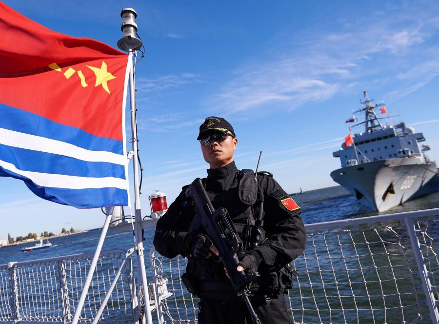"""Chiński marynarz na warcie na pokładzie jednego z trzech chińskich okrętów, które 7 października zacumowały w porcie w Gdyni. Do Gdyni zawinęły niszczyciel rakietowy """"Jinan"""", fregata rakietowa """"Yiyang"""" oraz okręt zaopatrzeniowy """"Qiandaohu"""""""