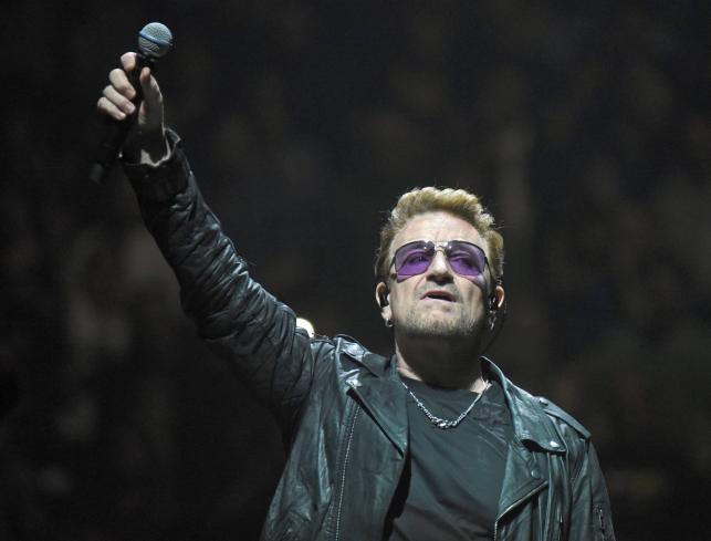 Bono podczas koncertu w Kolonii