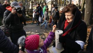 Prezydent Warszawy Hanna Gronkiewicz-Waltz kwestuje na Powązkach
