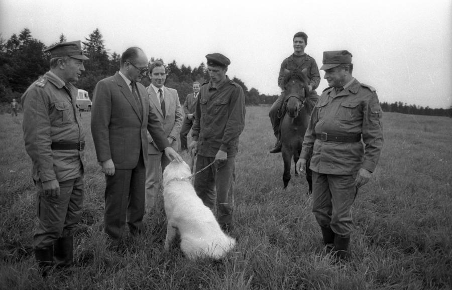 I sekretarz KC PZPR Wojciech Jaruzelski z gospodarską wizytą na Podkarpaciu w 1987 roku. Rozmawia z pracownikami Służby Leśnej. Z prawej minister spraw wewnętrznych gen. Czesław Kiszczak