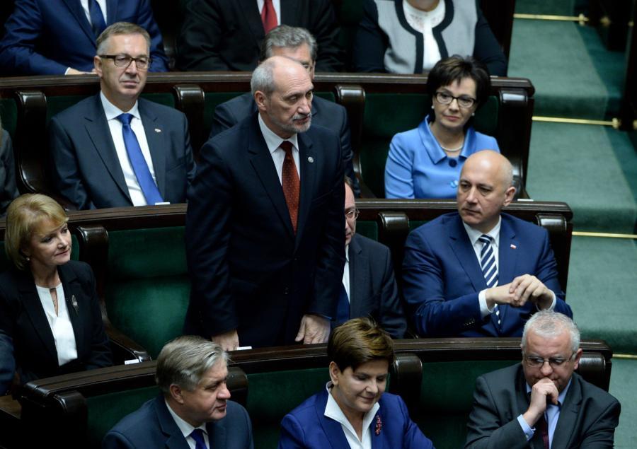 Antoni Macierewicz składa ślubowanie poselskie podczas pierwszego posiedzenia Sejmu VIII kadencji