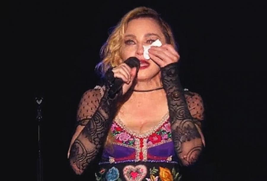 Madonna przerwała koncert, żeby oddać hołd ofiarom zamachów w Paryżu