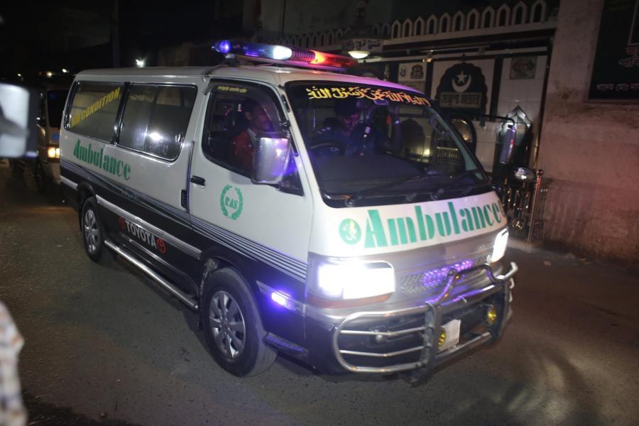 Bangladesz, Dhaka. Ambulans wywozi z więzienia ciała liderów opozycji po egzekucji