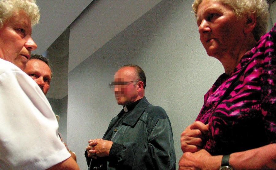 Ksiądz Michał M. z Tylawy skazany za molestowanie 6 dziewczynek na 2 lata więzienia w zawieszeniu i zakaz wykonywania zawodu nauczyciela wraz ze swoimi zwolennikami w sądzie (zdjęcie z 2004 roku)