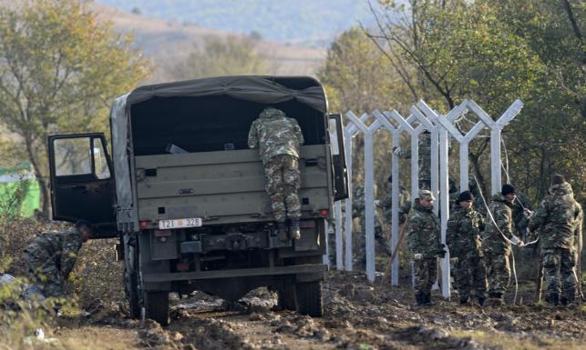 Stanął kolejny europejski mur. Macedonia stawia ogrodzenie na granicy z Grecją. ZDJĘCIA