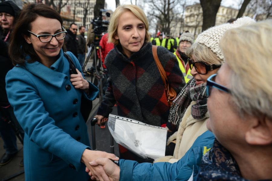 Posłanki Nowoczesnej - Kamila Gasiuk-Pihowicz (L) i Joanna Scheuring-Wielgus (2L) wśród uczestników manifestacji zorganizowanej przez Komitet Obrony Demokracji