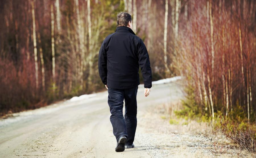 Mężczyzna spaceruje