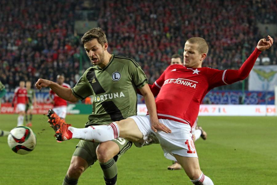 Zawodnik Wisły Kraków Tomasz Cywka (P) walczy o piłkę z Bartoszem Bereszyńskim (L) z Legii Warszawa