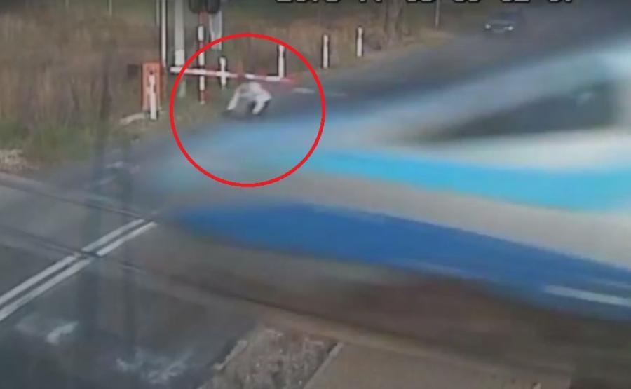 Rowerzysta zderzył się z pendolino - kadr z filmu