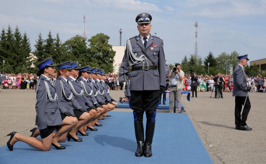 Komendant Główny Policji nadinsp. Krzysztof Gajewski (C) podczas uroczystej promocji na pierwszy stopień oficerski studentów Wyższej Szkoły Policji w Szczytnie