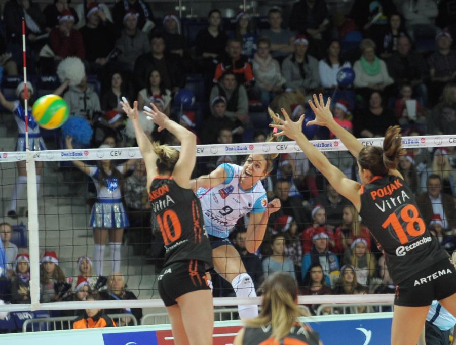 Helena Havelkova (po drugiej stronie siatki) z Chemika Police oraz Jordan Quinn (L) i Maja Poljak (P) z Eczacibasi Vitra Stabuł w meczu Ligi Mistrzyń siatkarek