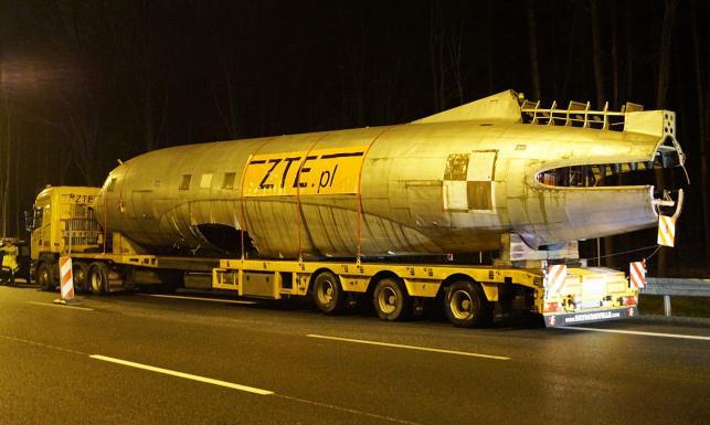 Tak ogromne ciężarówki przewiozły samolot z rządowej floty. ZDJĘCIA z nocnej operacji