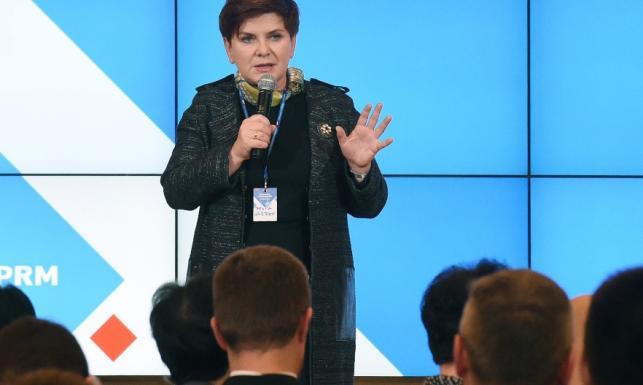 Ale postęp! Beata Szydło genialnie zinterpretowała modowy hit sezonu. FOTO