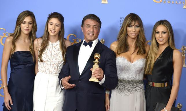 Sylvester Stallone z pięknymi córkami na gali Złotych Globów [ZDJĘCIA]