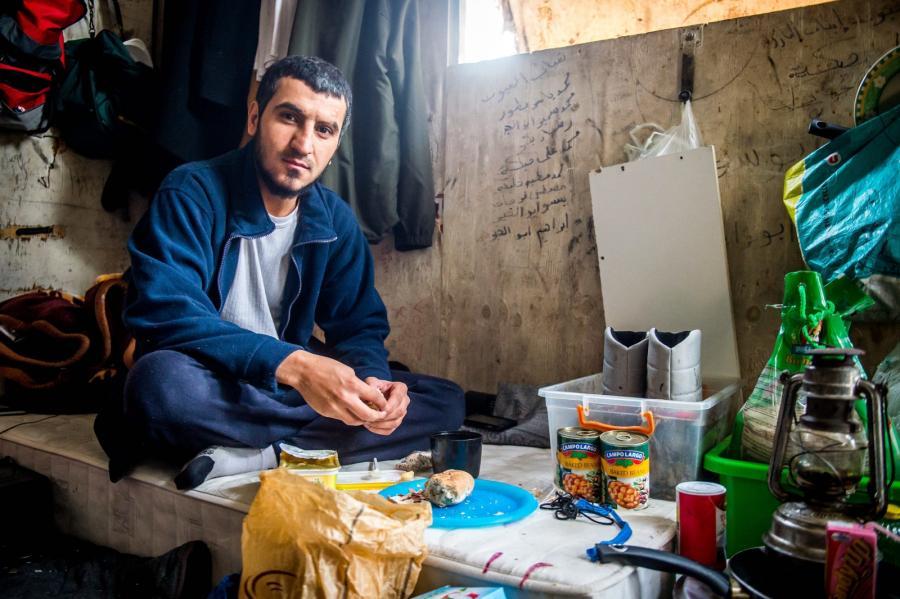 Uchodźca w swojej budce, którą dzieli z 8 innymi osobami