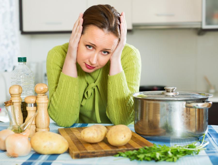 Smutna kobieta w kuchni