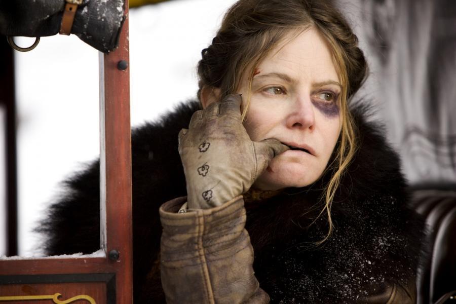"""Jennifer Jason Leigh w filmie """"Nienawistna ósemka"""""""