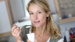 Kobieta je jogurt
