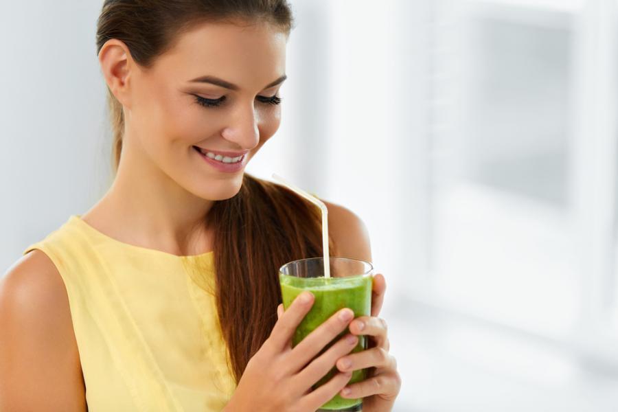 Kobieta pijąca koktajl
