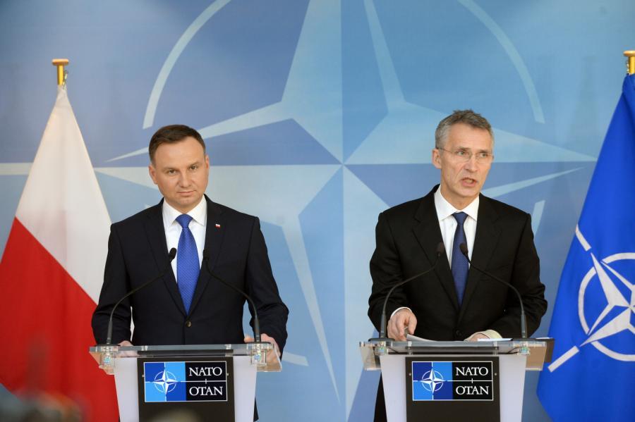 Prezydent Andrzej Duda i sekretarz generalny NATO Jens Stoltenberg na konferencji prasowej po spotkaniu w Brukseli