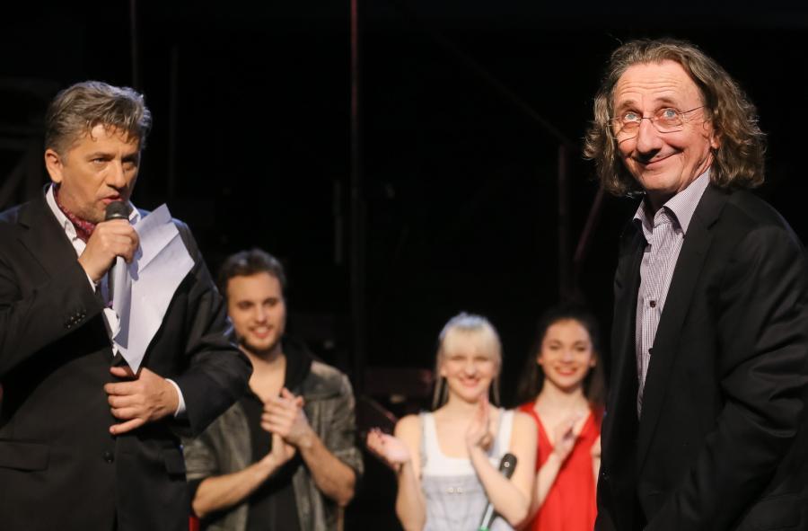 Scenarzysta, choreograf i reżyser – Janusz Józefowicz i autor muzyki Janusz Stokłosa na scenie po jubileuszowym spektaklu