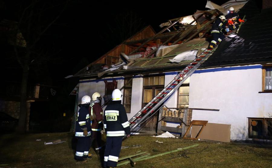 Strażacy zabezpieczają zerwany dach w Zakopanem