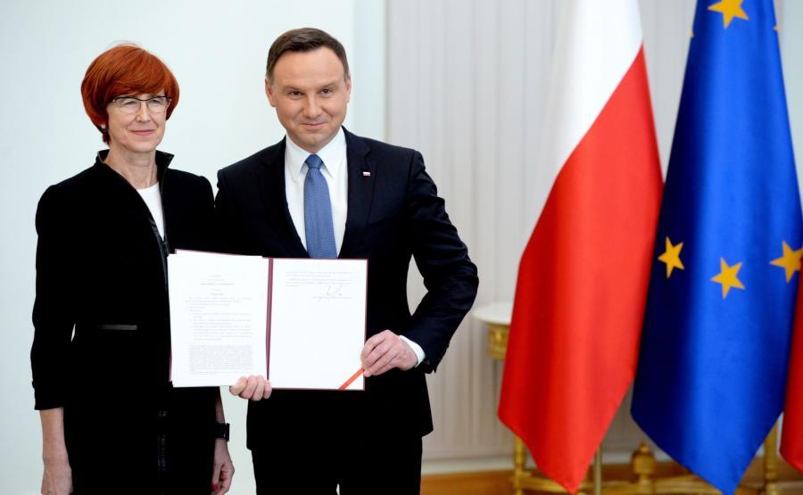 Prezydent Andrzej Duda w obecności minister rodziny, pracy i polityki społecznej Elżbiety Rafalskiej podpisał ustawę wprowadzającą \
