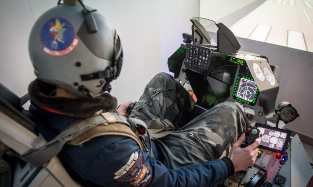 Prywatny symulator myśliwca F-16 wykonany przez Polaka. ZDJĘCIA