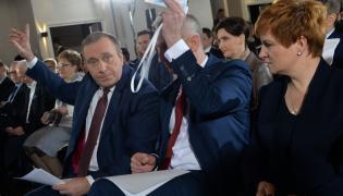 Grzegorz Schetyna głosuje na posiedzeniu Rady Krajowej PO
