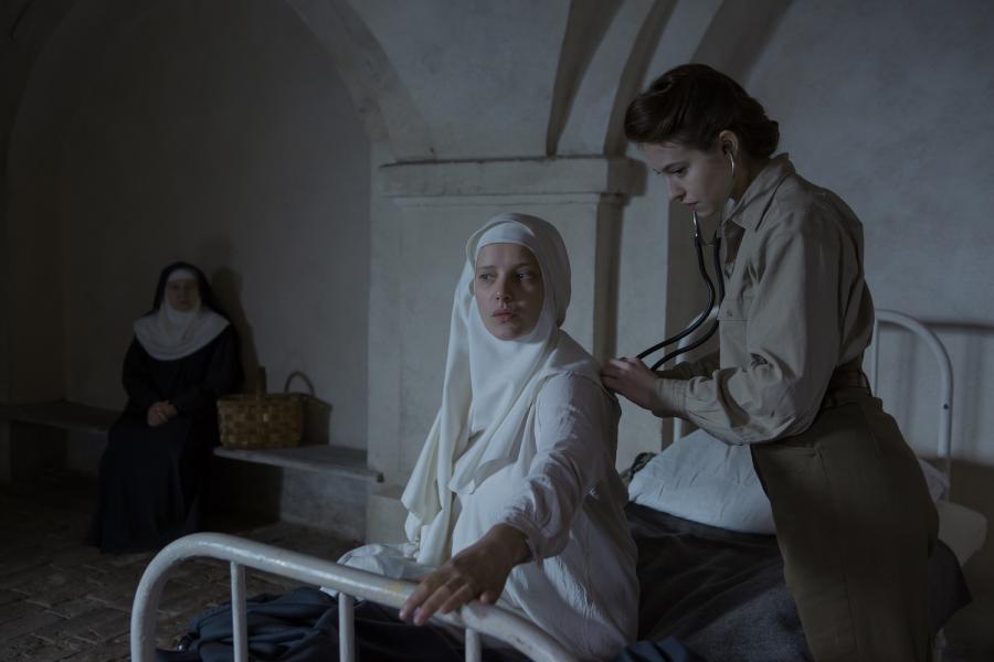 """Joanna Kulig i Lou de Laâge w filmie """"Niewinne"""""""