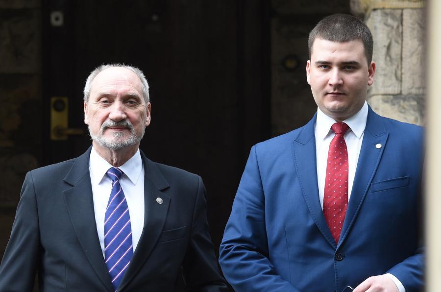 Minister obrony narodowej Antoni Macierewicz i rzecznik MON Bartłomiej Misiewicz po posiedzeniu podkomisji smoleńskiej