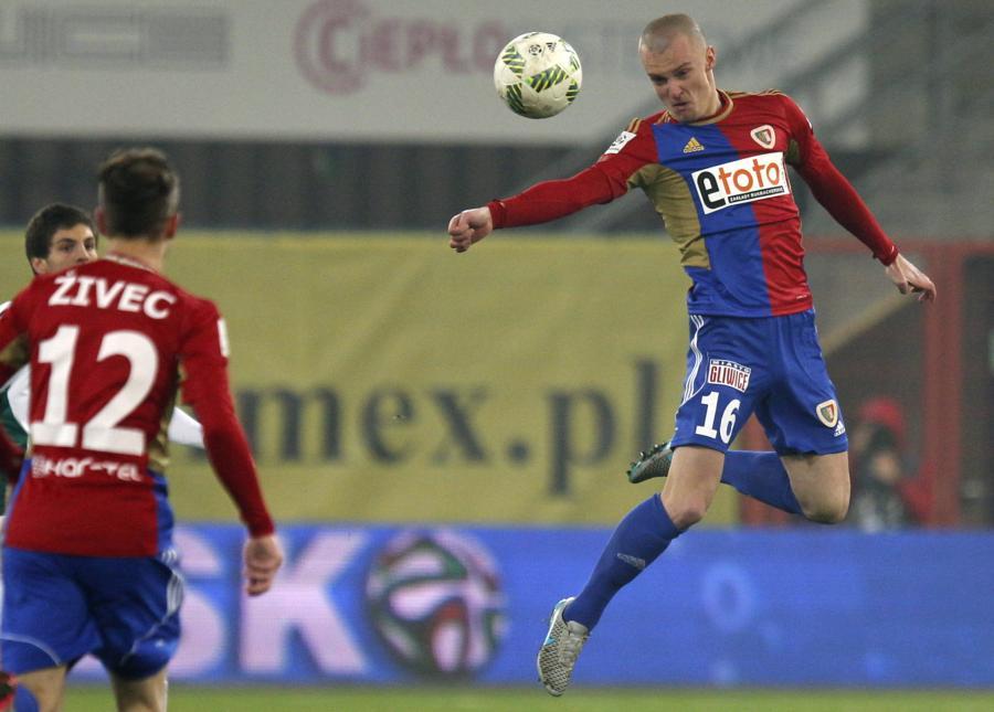 Piłkarze Piasta Gliwice Martin Nespor (P) i Sasa Zivec (L), podczas meczu ekstraklasy piłkarzy przeciwko Śląskowi Wrocław